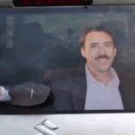 Ragazzo trasforma il suo tergicristallo in…Nicolas Cage! (GIF)