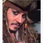 Johnny Depp vestito da Jack Sparrow allatta un pipistrello  (VIDEO)