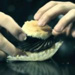 Come mangiare i cupcake senza far cadere tutto: il trucco è geniale (VIDEO)