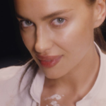 Irina Shayk reinterpreta la scena di Ghost in chiave sexy (VIDEO)