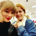 Taylor Swift va in un negozio a comprare il suo nuovo album (FOTO)