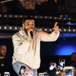 Drake difende una sua fan interrompendo il concerto (VIDEO)