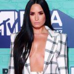 Demi Lovato si presenta agli MTV European Music Awards con un vestito piccante (FOTO)
