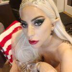 Lady Gaga vestita da aiutante di Babbo Natale