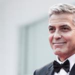 George Clooney uno di noi: compra il pecorino dall'ambulante per strada (FOTO)