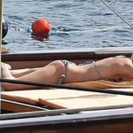 Sienna Miller in costume, le foto dell'attrice in vacanza