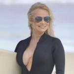 Pamela Anderson ancora in forma, rimette i panni della bagnina (FOTO)