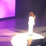 Oprah Winfrey cade rovinosamente dal palco (VIDEO)