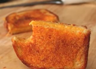 toast con una crosta di formaggio croccante