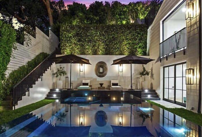 Rihanna acquista Beverly Hills Mansion per $ 13,8 milioni